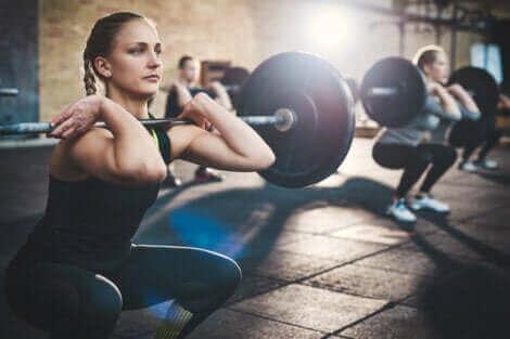 Une femme qui soulève des poids.