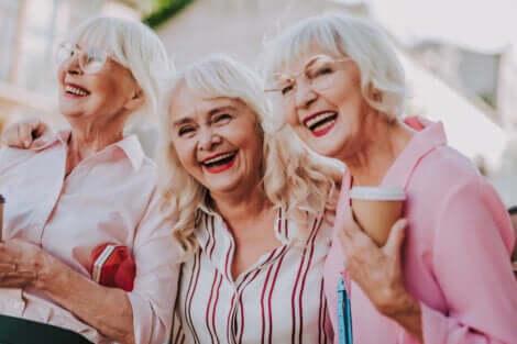 Trois femmes âgées qui font la fête.