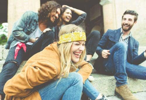 Un groupe d'amis en train de rire.