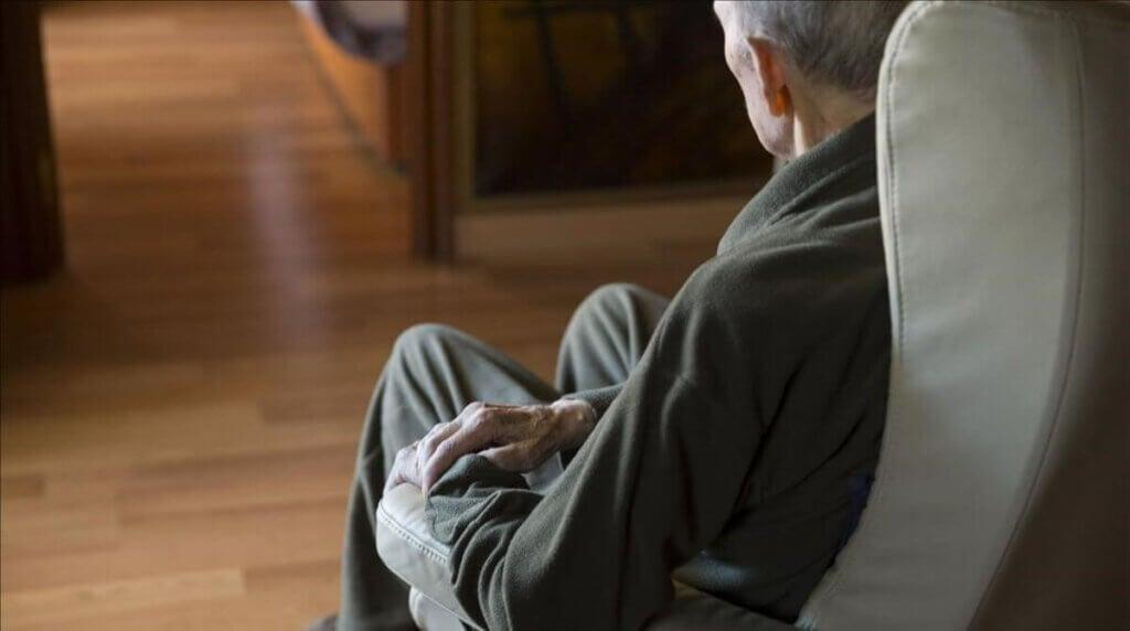 Un homme âgé sur un fauteuil.