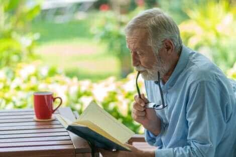 Un homme âgé en train de lire.