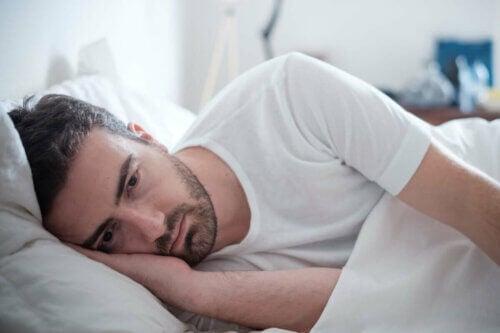 Un homme anxieux au lit.