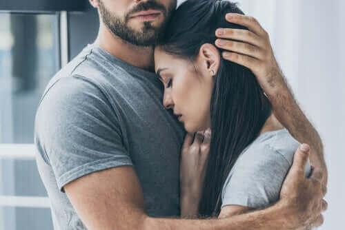 Un homme et une femme dans les bras l'un de l'autre.