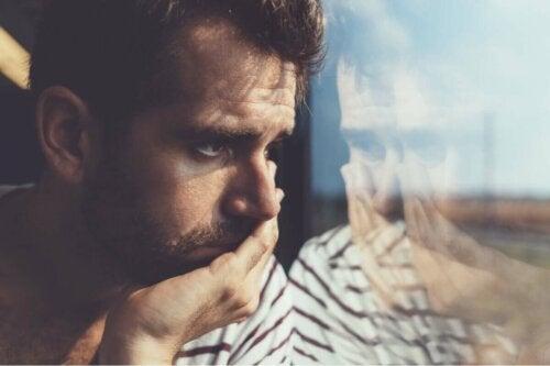 Un homme qui regarde par la fenêtre.