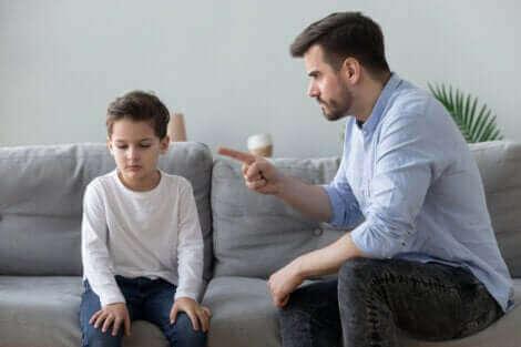 Un homme qui gronde son fils.