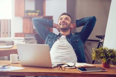 Un homme heureux en train de travailler.
