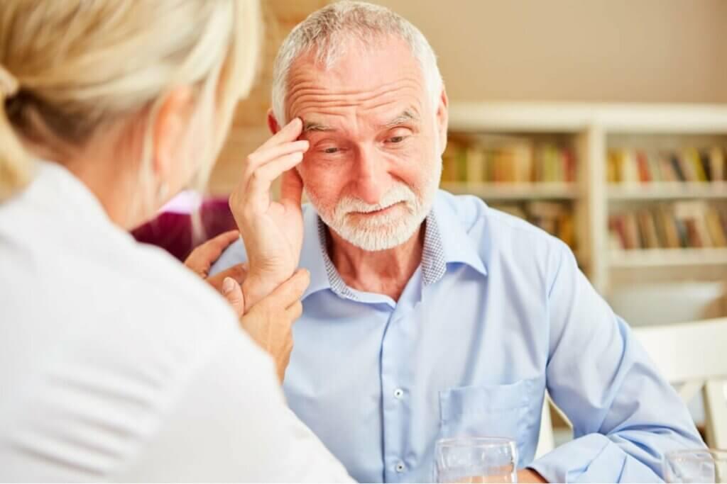 Un homme qui souffre de la maladie d'Alzheimer.