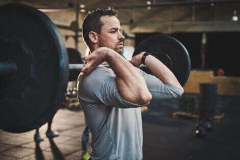 Un homme qui soulève des poids.