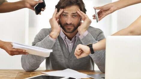 Un homme stressé et débordé.
