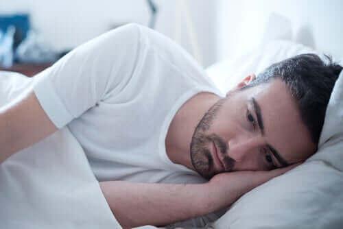 Un homme tourmenté dans son lit.