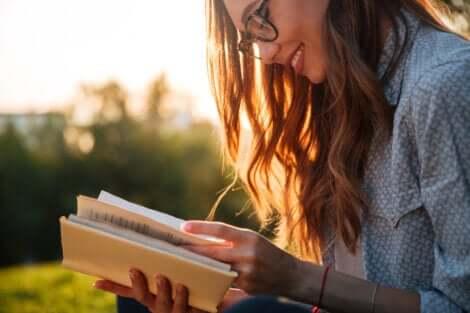 Lire un livre sans comprendre.