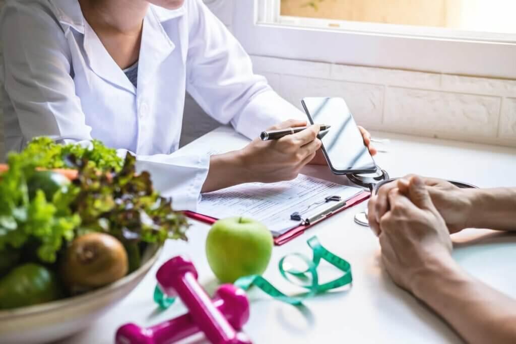 Un nutritionniste avec son patient.