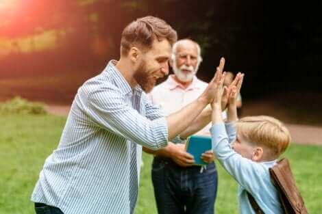 Un père qui félicite son fils.