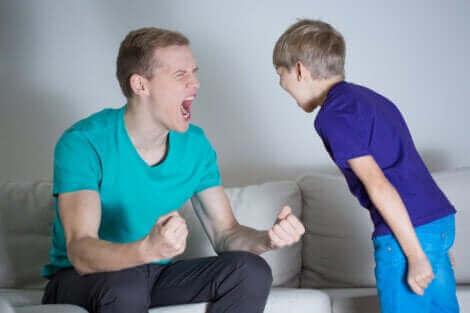 Un père et son fils qui crient.