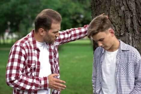 Un père qui sermonne son adolescent.