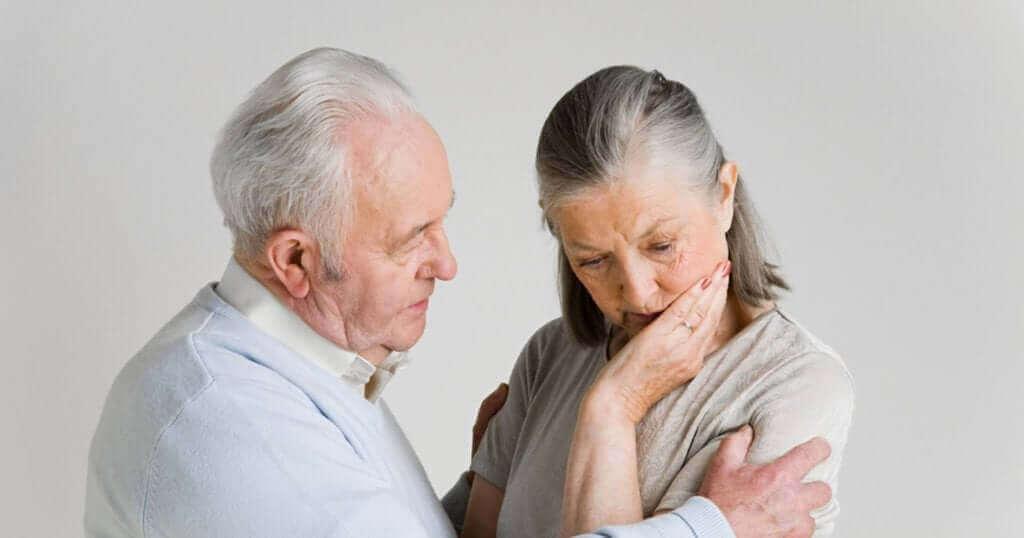 Deux personnes âgées l'une contre l'autre.