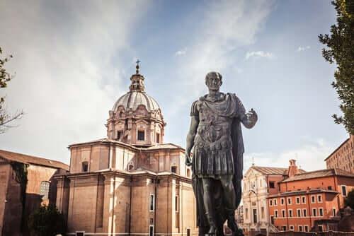 Une statue de Jules César.