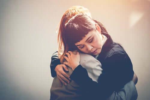 Deux amies qui se serrent dans les bras.