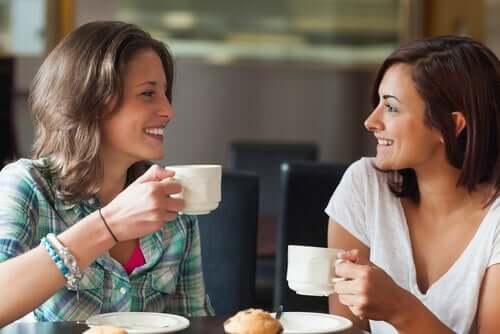 Deux amies qui boivent un café.