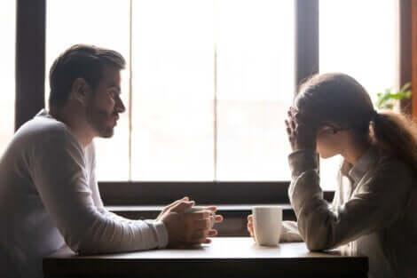 Couple ayant une conversation sérieuse.
