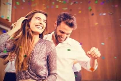 Un couple qui danse ensemble lors d'une fête.