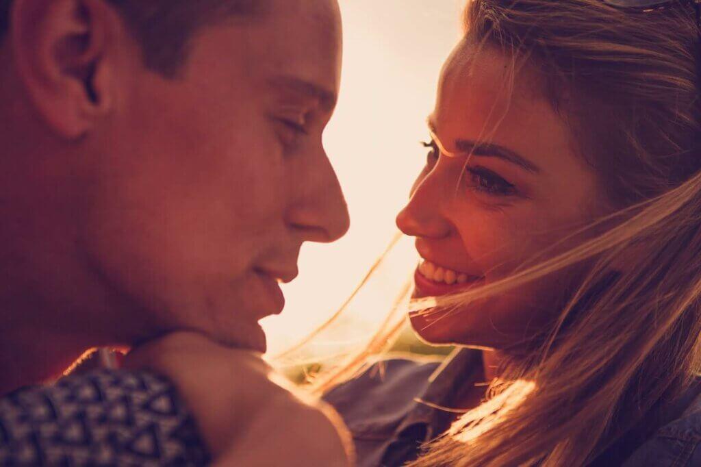Un couple qui se regarde dans les yeux.