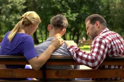 Des parents qui discutent avec leur adolescent.