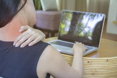 Douleur au cou devant un ordinateur.