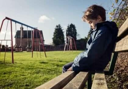 Enfant harcelé par un intimidateur.