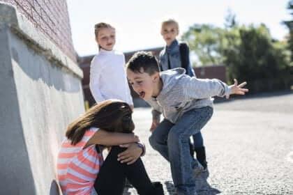 Réalité de l'enfant intimidateur.