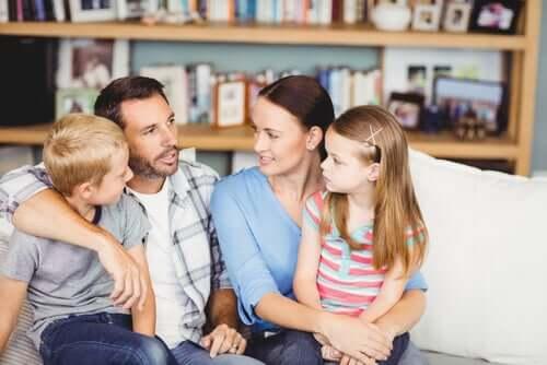 Une famille qui discute dans le salon.