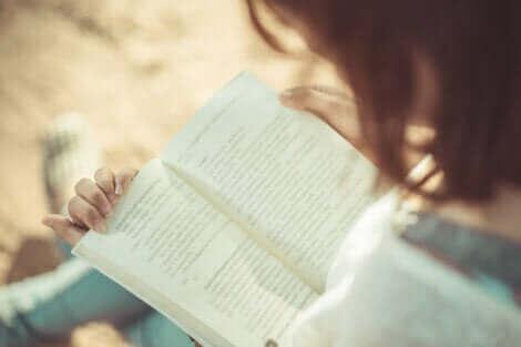 Une femme en train de lire.