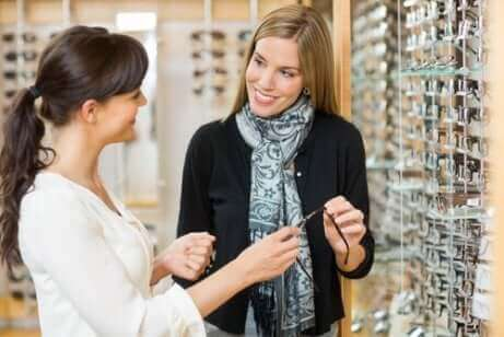 Une femme chez un opticien.