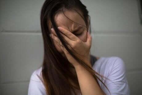Une femme en train de pleurer.