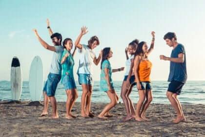 Un groupe de jeunes qui dansent sur la plage.