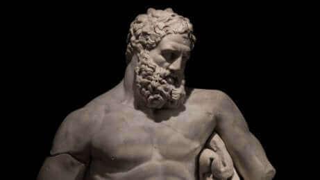 Une statue d'Hercule.