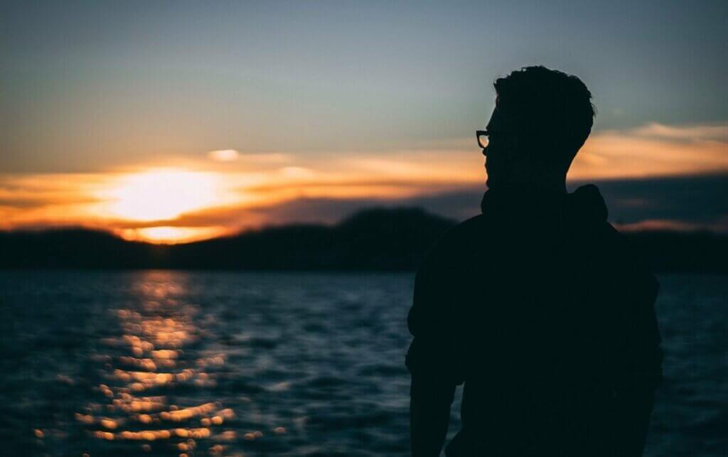 Un homme face à la mer.