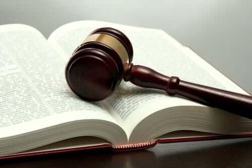 Un livre de droit.