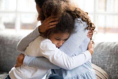 Une mère et sa fille enlacées.