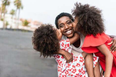 Une mère avec ses jumelles.