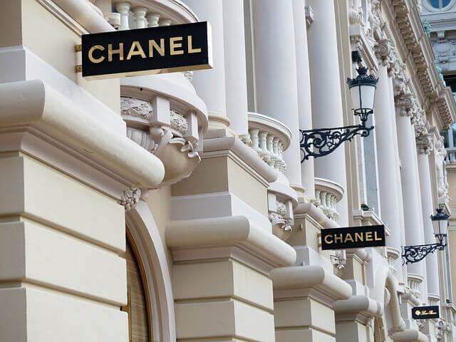 Des panneaux Chanel.