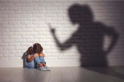 Petite fille qui a peur d'une punition.
