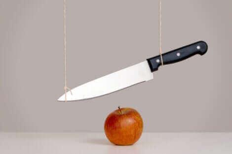 Un couteau et une pomme.