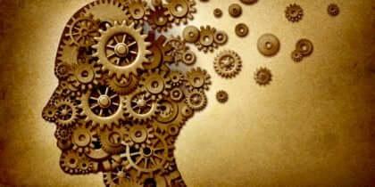 Image du cerveau avec des rouages.