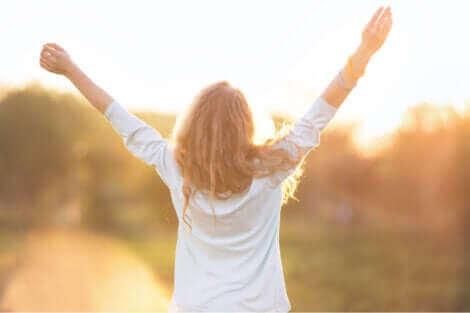 Une femme qui se sent libre.