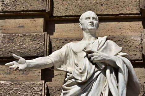 Une statue de Cicéron.