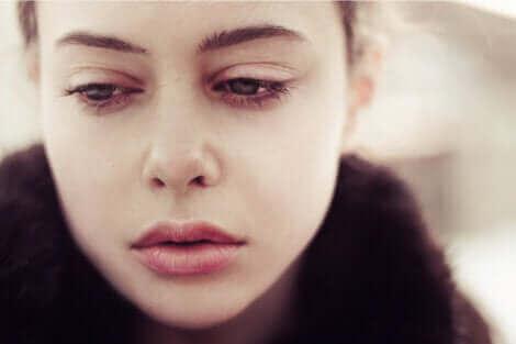 Zoom sur le visage d'une femme triste.