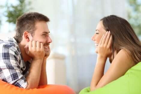 Couple qui se sourit.