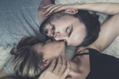Tendresse au sein d'un couple.