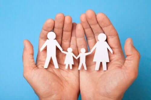 Papiers découpés représentant une famille.